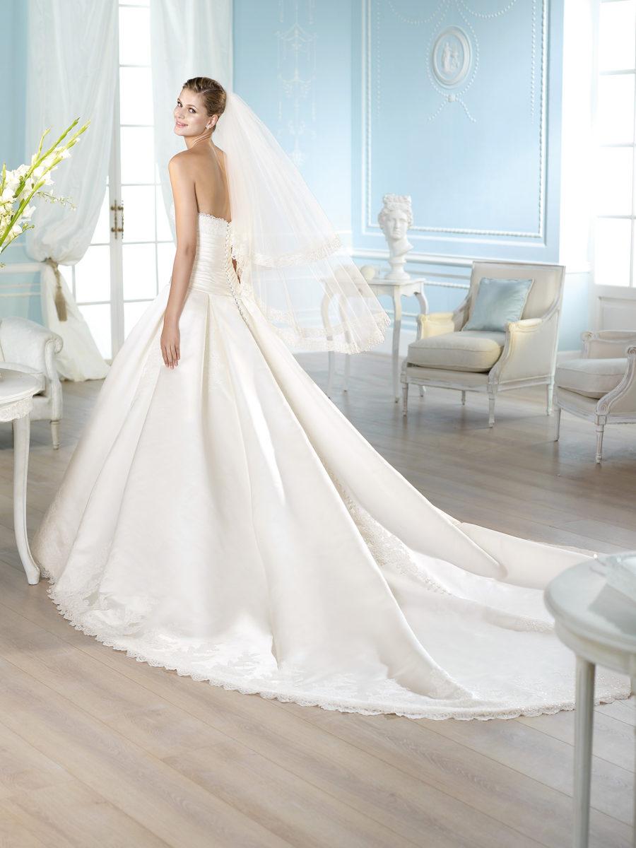 Платья с атласным шлейфом