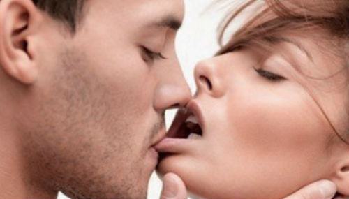 Девушки целуются фото поцелуй