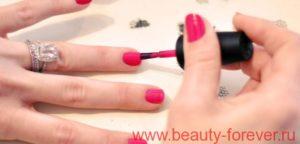 Нанесите Ваш любимый цвет лака на ногти.