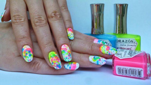 Хаотичные брызги на ногтях